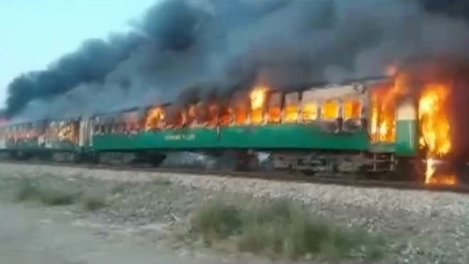 Более 60 человек погибли при пожаре в поезде в Пакистане