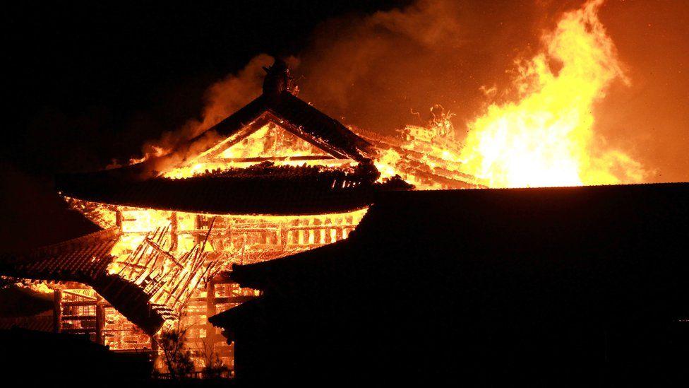 В Японии сгорел дотла замок Сюри XIV века: он уже сгорал во время Второй мировой войны