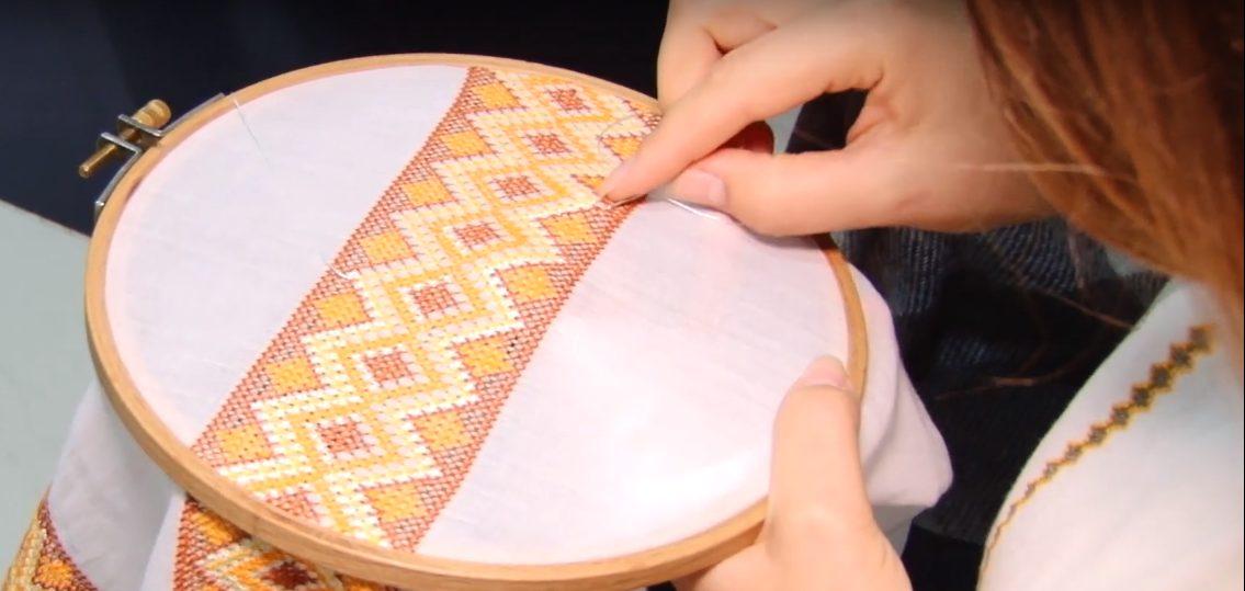 Жительница Бельц создает оригинальные национальные рубашки и платья