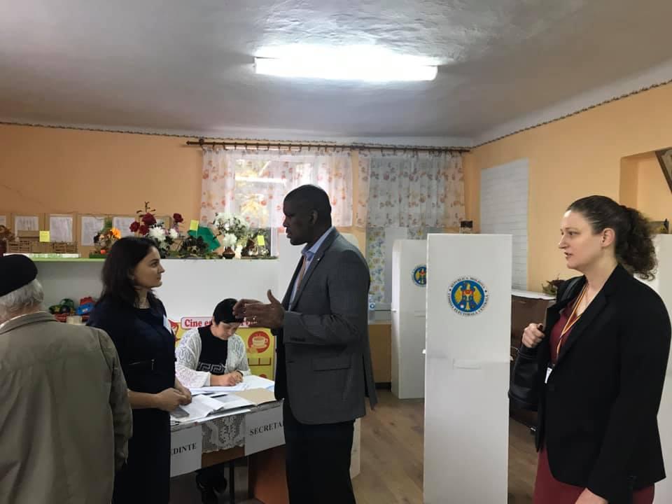 FOTO | Ambasadorul SUA monitorizează alegerile de la Chișinău pentru a încuraja un scrutin liber, corect și transparent