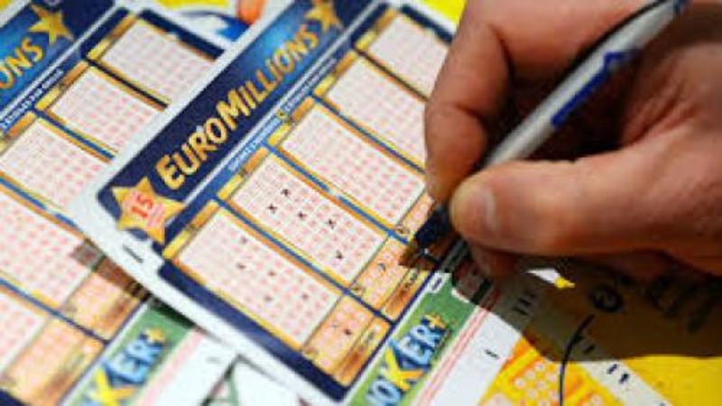 I-a surâs norocul: un britanic a câștigat 190 de milioane de euro