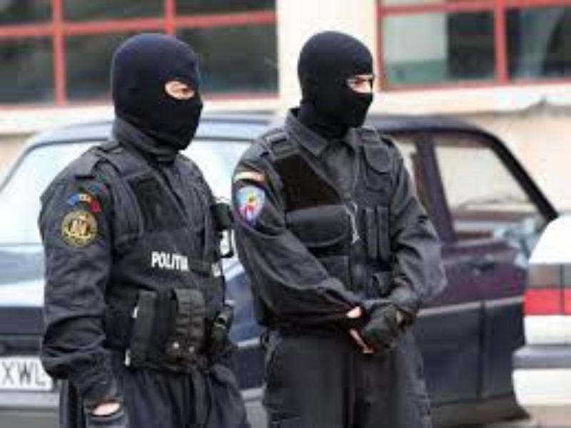 VIDEO   Trei moldoveni și un român sunt cercetați pentru trafic internațional de droguri; 20 de kilograme de heroină, confiscate