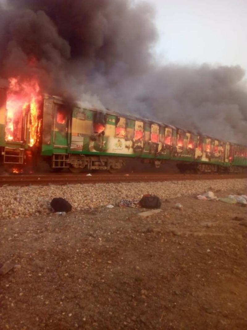 VIDEO | Un tren de pasageri a luat foc în Pakistan. Peste 65 de morți și 40 de răniți