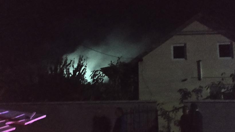 Foto | O casă la sol a luat foc la Bălți