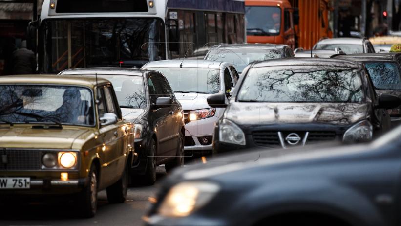 Atenție, șoferi! De mâine se circulă cu farurile conectate și pe timp de zi