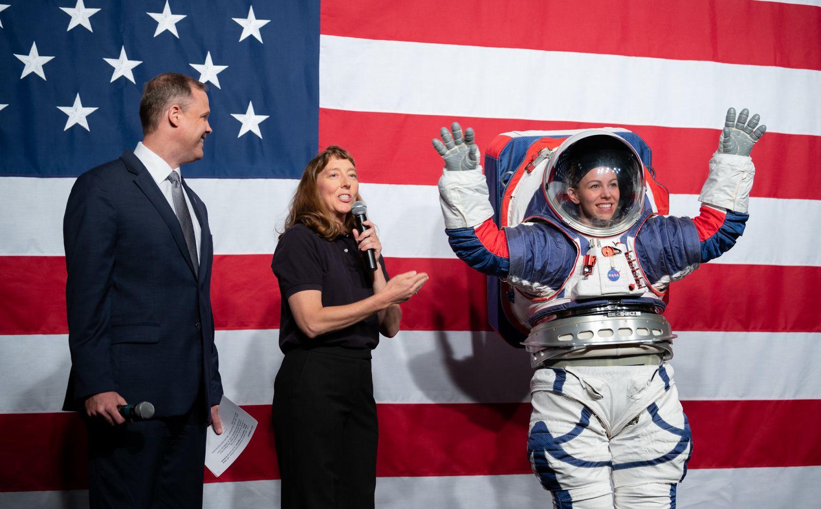 VIDEO | NASA a prezentat costumul spaţial ce va fi purtat de astronauţi pe Lună