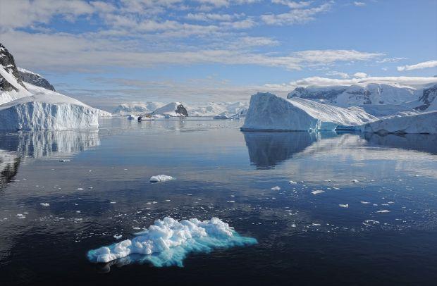 Antarctica se dezintegrează sub acţiunea apei calde a oceanului