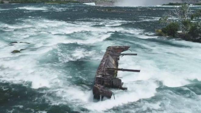 Затонувшая век назад баржа вот-вот сползет в Ниагарский водопад