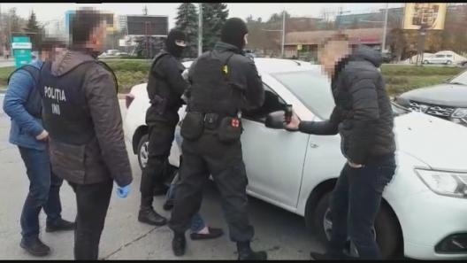 VIDEO | Un grup infracțional suspectat de șantaj, reținuți