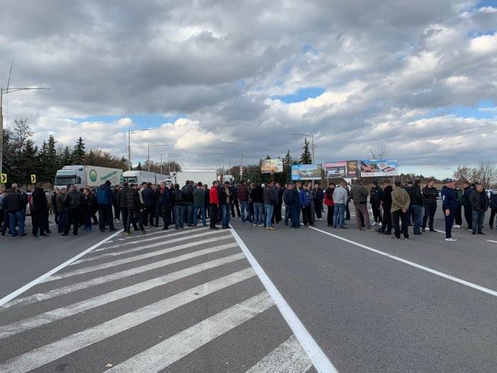 FOTO | Traseul Bălți-Chișinău, blocat și pe timp de noapte. Șoferii promit să nu miște TIR-urile din loc