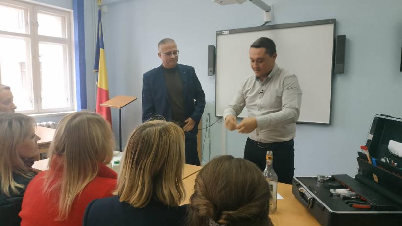 VIDEO| Oră publică neobișnuită pentru mai mulți studenți de la universitatea din Bălți. Aceștia au învățat cum sunt prelevate amprentele biologice de la locul crimei