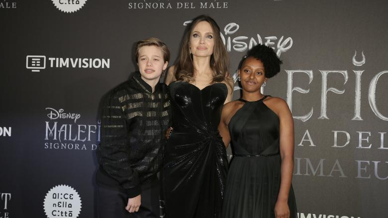 Primul copil biologic al actorilor Angelina Jolie și Brad Pitt s-ar afla în proces de schimbare a sexului