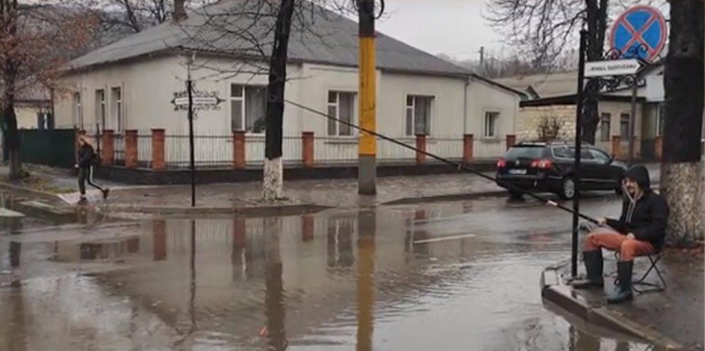 """""""Pescuiește"""" problemele de la Soroca. Un tânăr a ieșit să prindă pește pe o stradă din Soroca"""