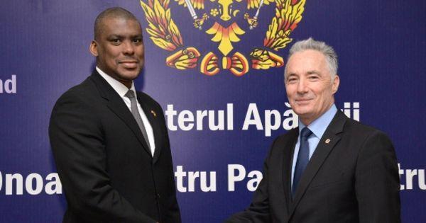 Посол США пообещал поддержку реформ оборонного ведомства Молдовы