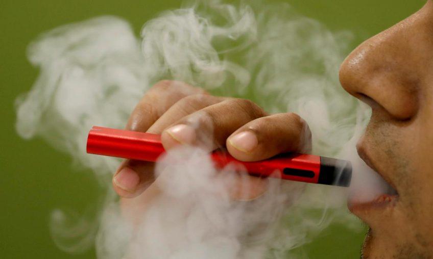 Studiu: Fumătorii care trec la țigări electronice reduc riscul de dezvoltare a bolilor cardiovasculare