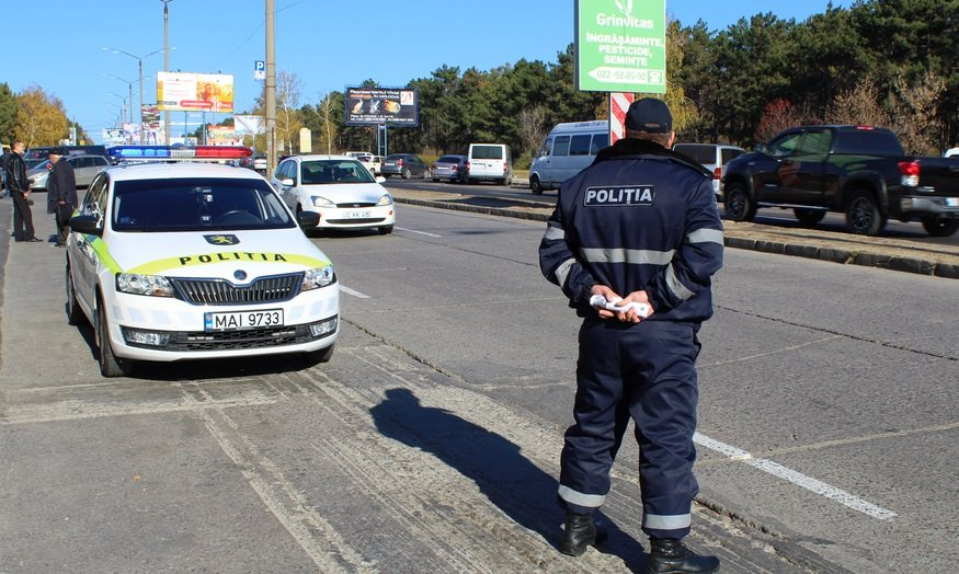 Doi polițiști din Drochia au primit bani de la un șofer băut