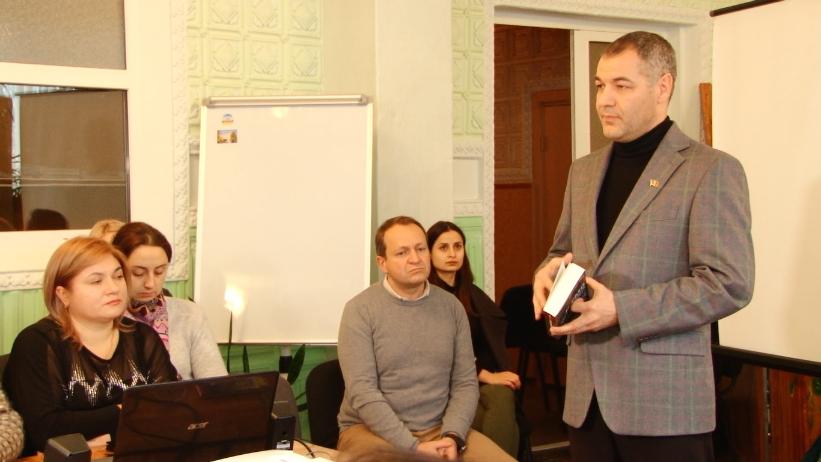 Octavian Țîcu a donat unui colegiu din Bălți două cărți. Deputatul promite să ne uimească cu un nou volum