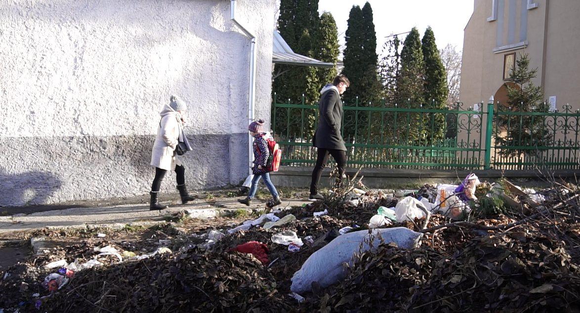 Перед собором Св. Николая плитка и розарий, а за ним – огромная куча мусора