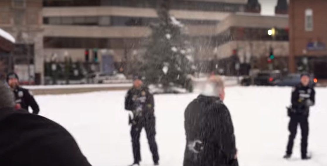 ВИДЕО | Город в США снимет 57-летний запрет на игру в снежки