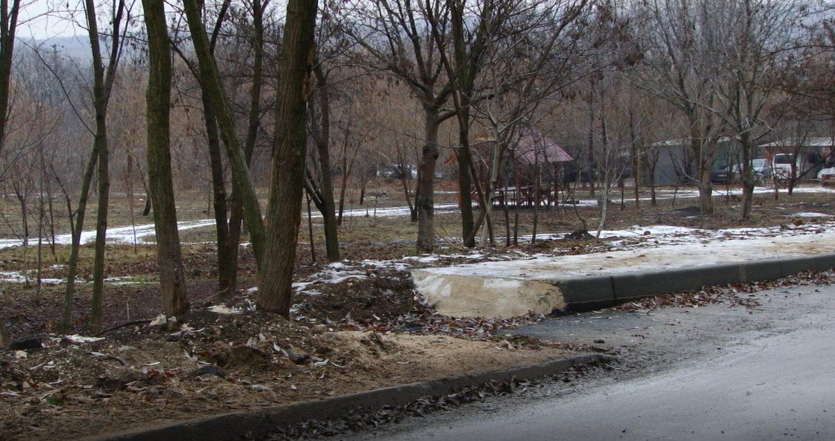 Отремонтировали четверть улицы за почти 7 млн леев. Бельчане вынуждены ходить по болоту и проезжей части