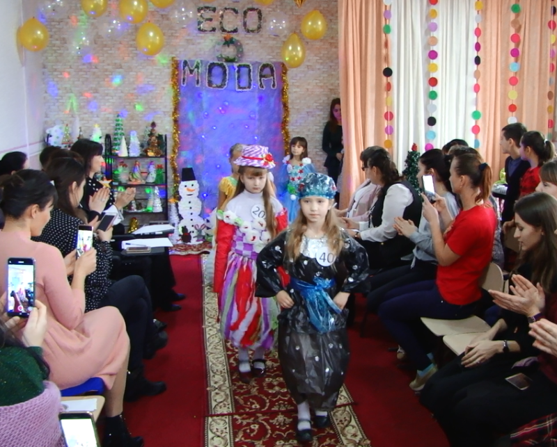 Elevii unei școli din raionul Sângerei au îmbrăcat haine din saci de polietilenă, veselă de unică folosință, peliculă și ziare