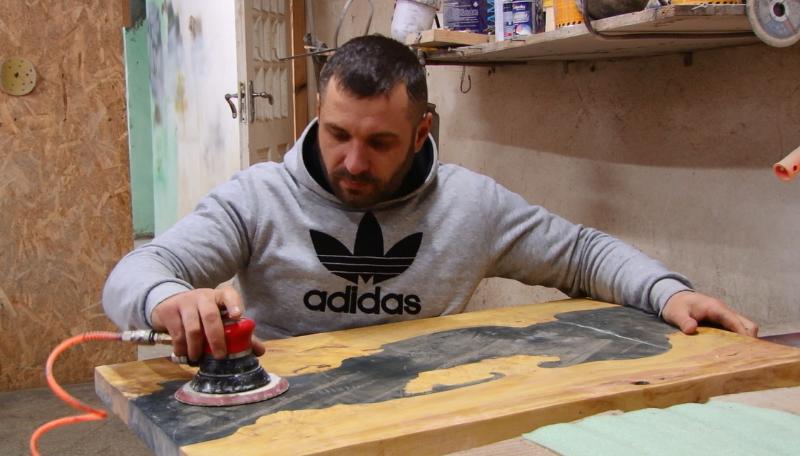 VIDEO | Afacere în scaun cu rotile. Un tânăr din raionul Râșcani, transformă lemnul și sticla în adevărate opere de artă