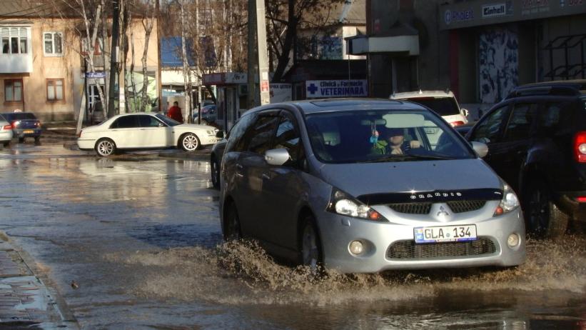 VIDEO | Potop pe o stradă din Bălți. Oamenii au fost nevoiți să facă cale întoarsă