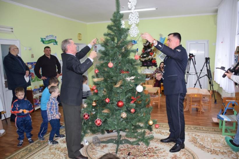 VIDEO | Operațiune de succes a polițiștilor din Bălți. Un grup de copii, ajutat să împodobească bradul