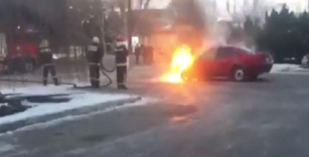 VIDEO | O mașină, cuprinsă de flăcări la Bălți. Automobilul ar avea instalat un sistem de alimentare cu gaz