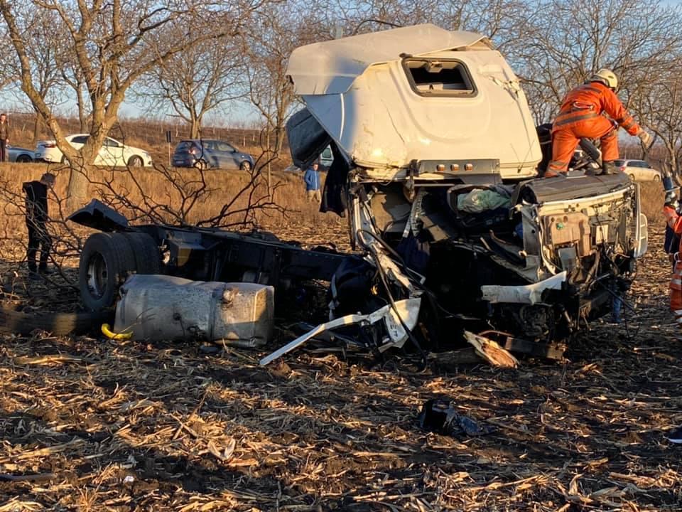 FOTO | Grav accident pe traseul Sîngerei – Bălți. Autotren transformat în morman de fiare