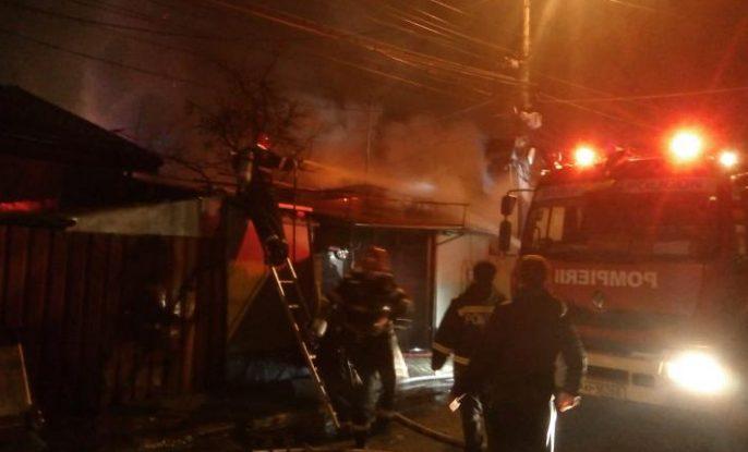 Incendiu puternic la București. Au ars șase case, iar o persoană a fost rănită