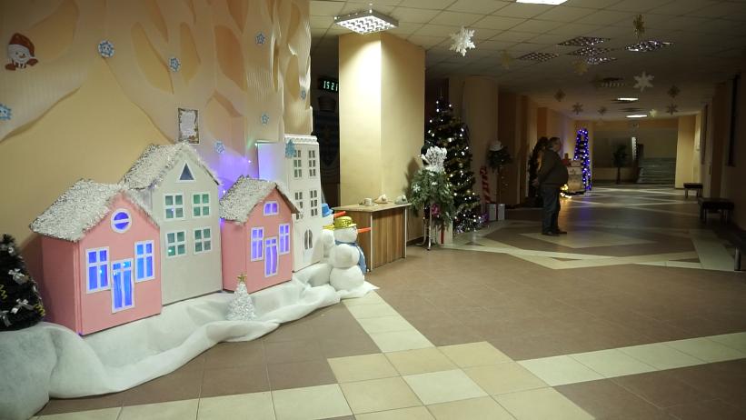 VIDEO   În Ajunul Anului Nou, primăria de Bălți a îmbrăcat haine de sărbătoare. Holul instituției pare desprins dintr-o poveste
