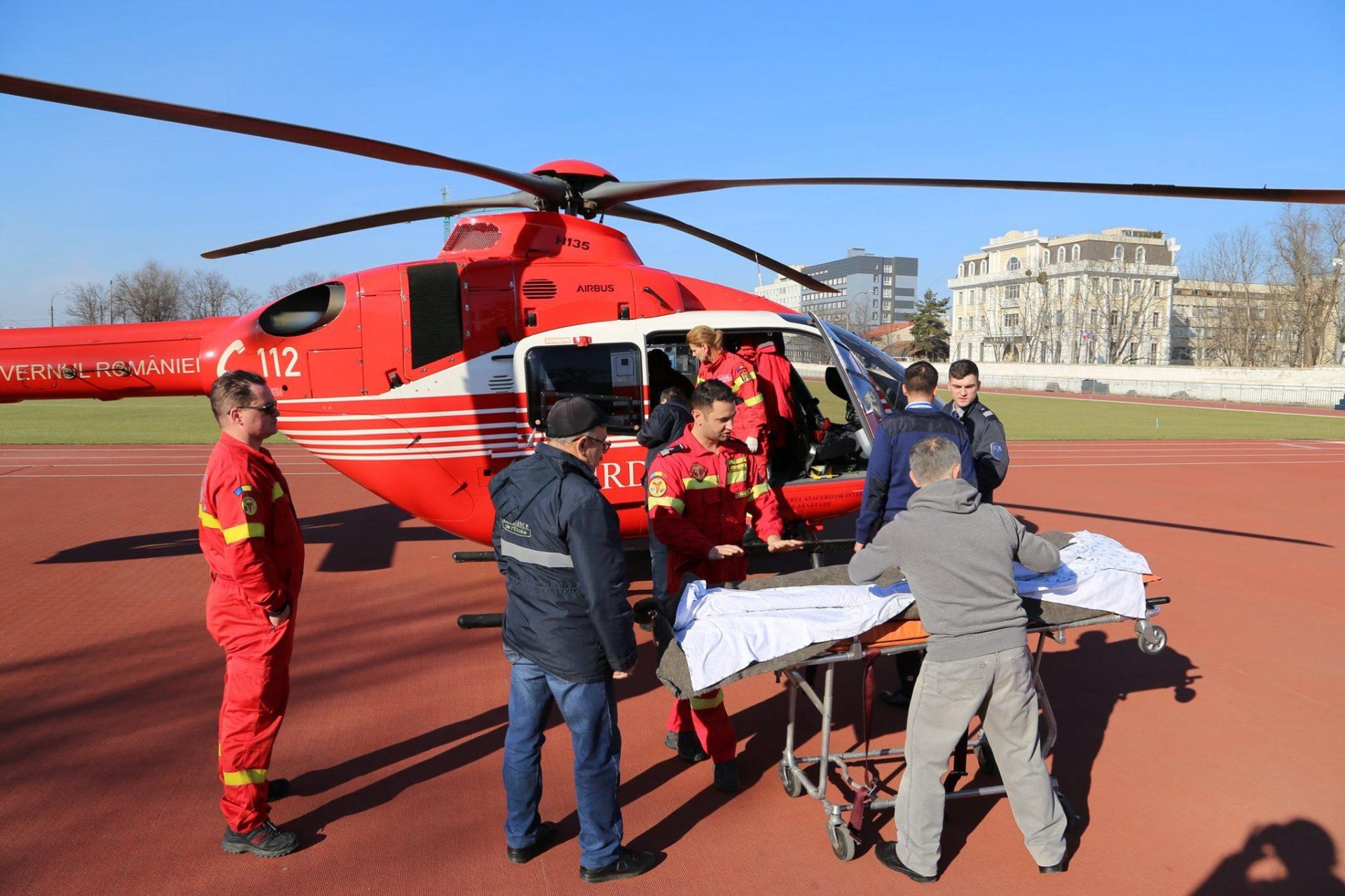FOTO | Intervenție cu elicopterul la Bălți. Tânără de 20 de ani, transportată de urgență în capitală