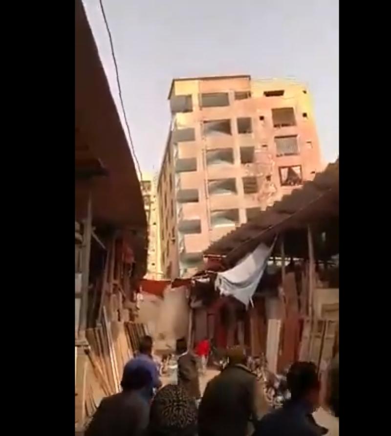 VIDEO | Momentul în care un bloc cu șase etaje din Pakistan se prăbușeste a fost filmat. Cladirea era construită ilegal