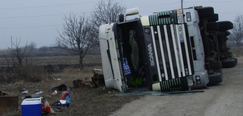 VIDEO | Un camion plin cu fier vechi s-a răturnat în apropiere de Bălți. Șoferul  s-a ales cu o sperietură zdravănă