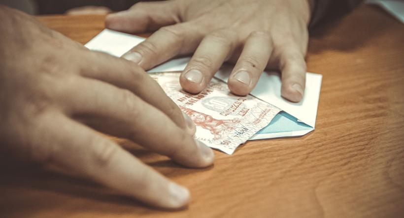 Чиновники назвали зарплату, которая не вызовет соблазна брать взятки