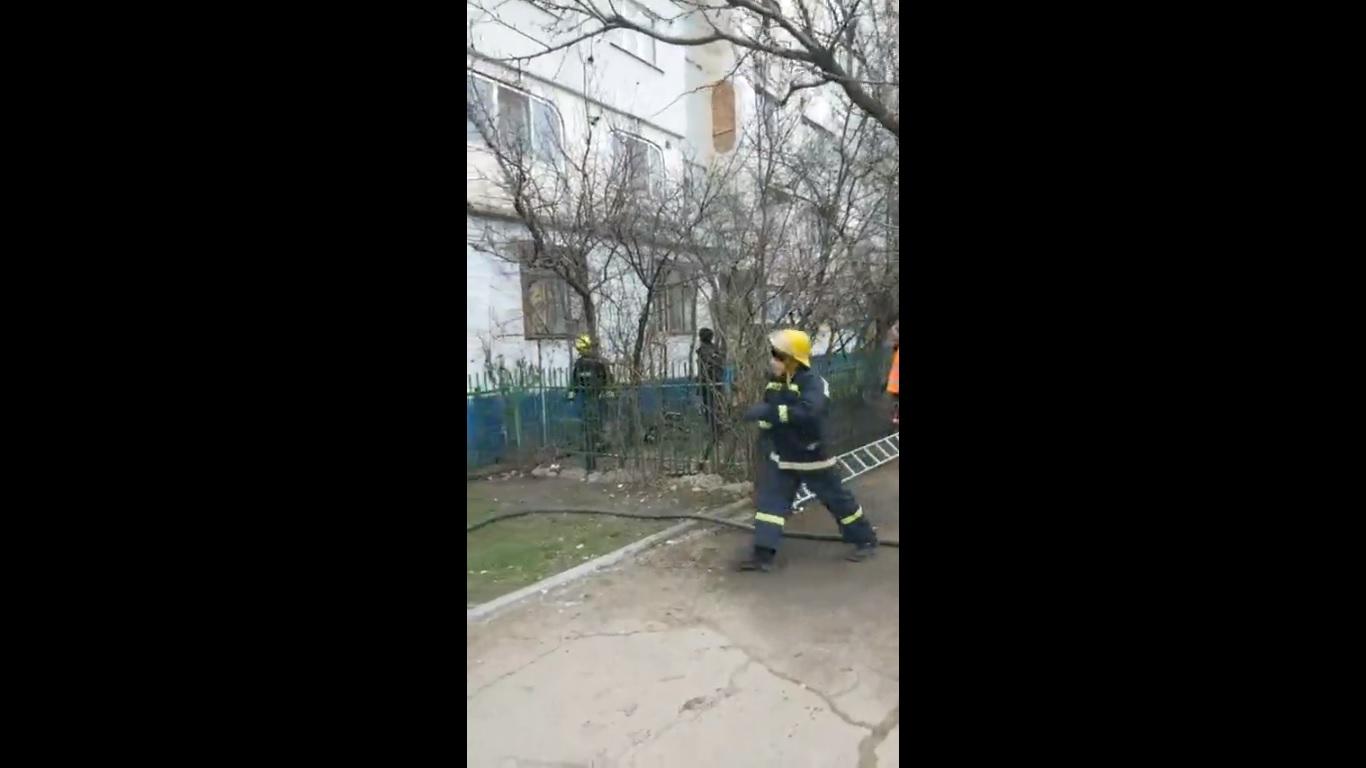 VIDEO | Un bărbat din Bălți s-a trezit cu pompieri și cu medici în apartament, după ce a lăsat prea mult cratița pe foc