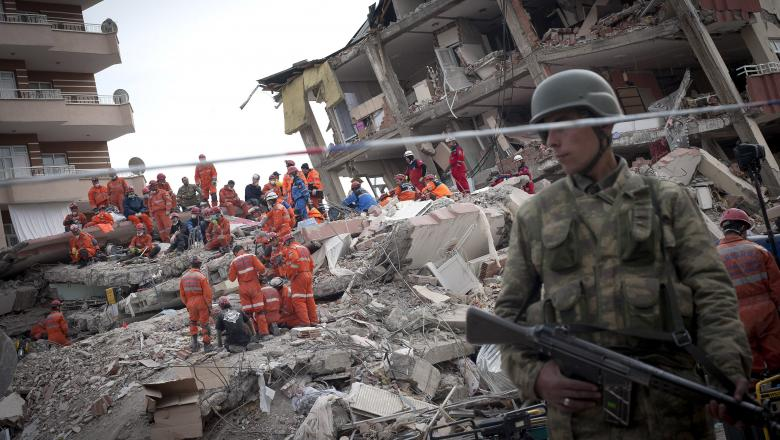 VIDEO | Cutremurul din estul Turciei a avut 180 de replici. 20 de morți și peste o mie de răniți, mai multe clădiri s-au prăbușit