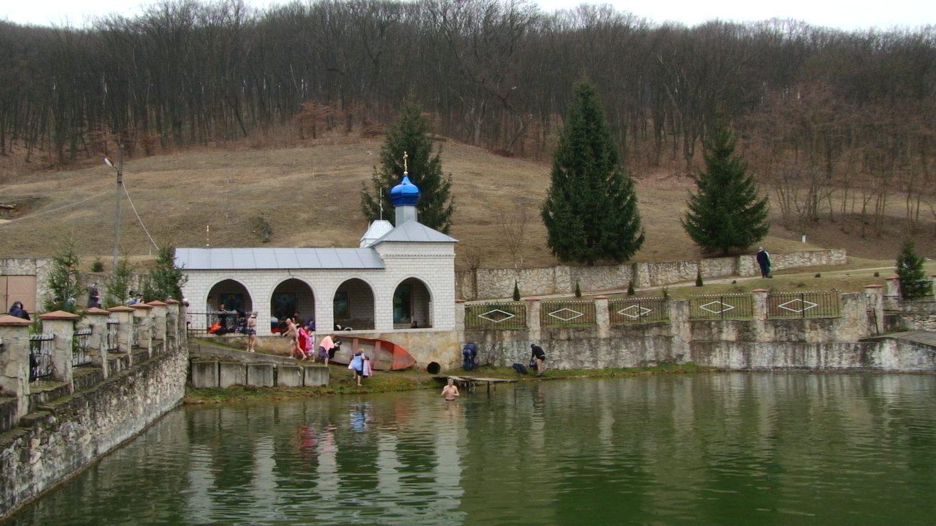 VIDEO | Zeci de enoriaşi s-au scufundat în bazinul din curtea Mănăstierei din Călărăşăuca pentru a scăpa de păcate