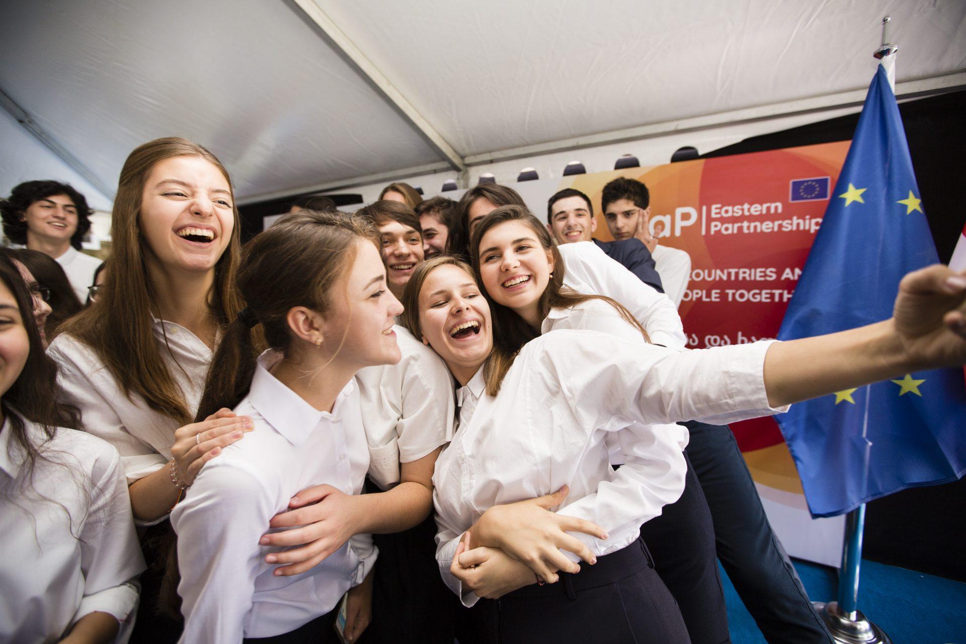UE anunță noi burse pentru elevii care vor merge la Școala Europeană a Parteneriatului Estic