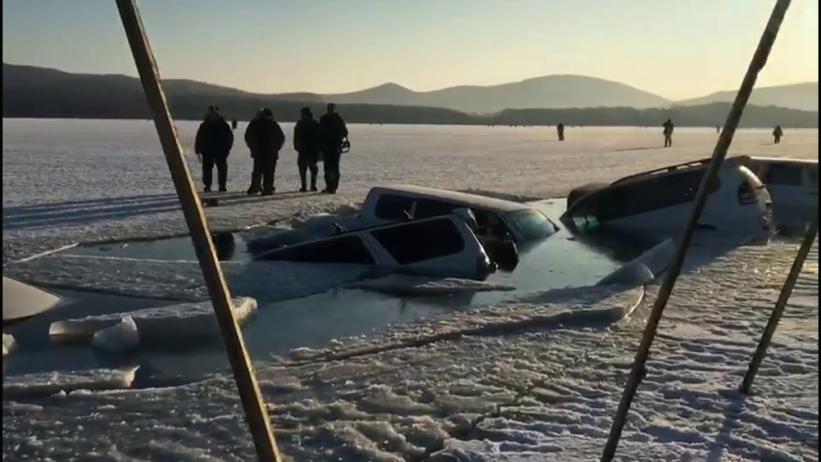 VIDEO | Caz șocant în Rusia: 30 de automobile s-au prăbușit sub gheață