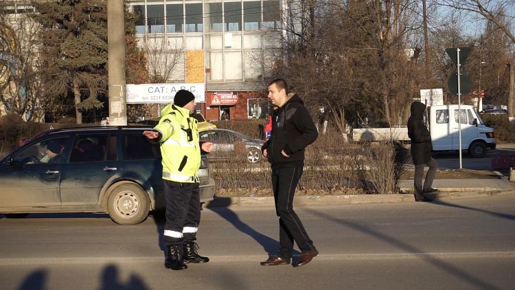 VIDEO | Acțiune inedită a polițiștilor din Bălți. Aceștia au blocat traficul rutier pentru fiecare pieton nedisciplinat