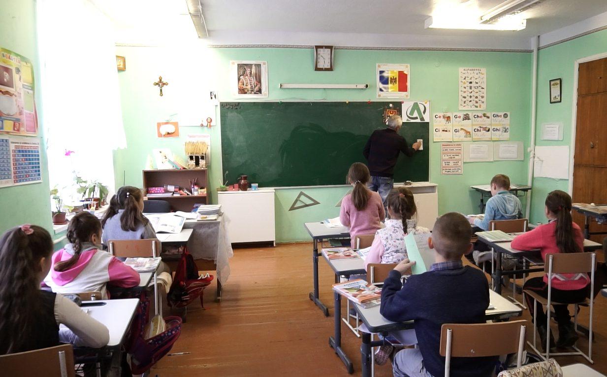Profesorii din raionul Râșcani își strâng cureaua. Au renunțat la adaosurile salariale pentru promovarea orele de diriginție, activitățile extracuriculare și verificarea caietelor