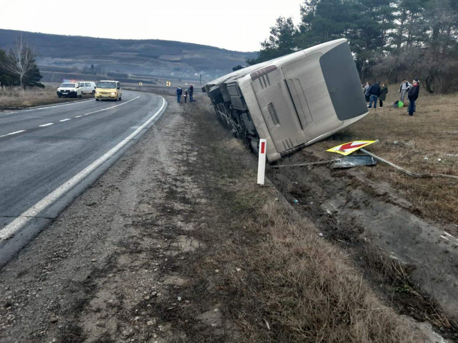 38 de moldoveni, care veneau din Italia, au nimerit într-un accident. Autocarul, în care se aflau, s-a răsturnat