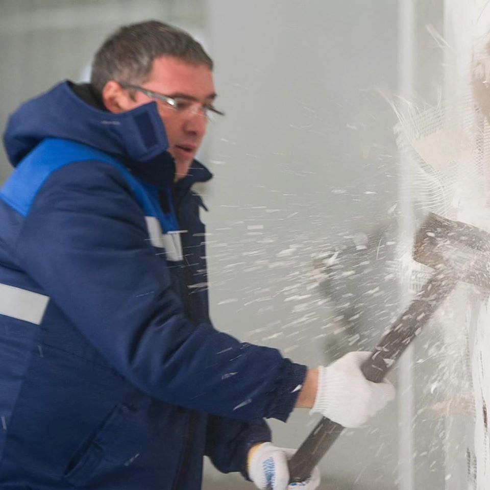 VIDEO | Renato Usatîi a pus mâna pe baros și a demolat o construcție ilegală de la teatrul din Bălți