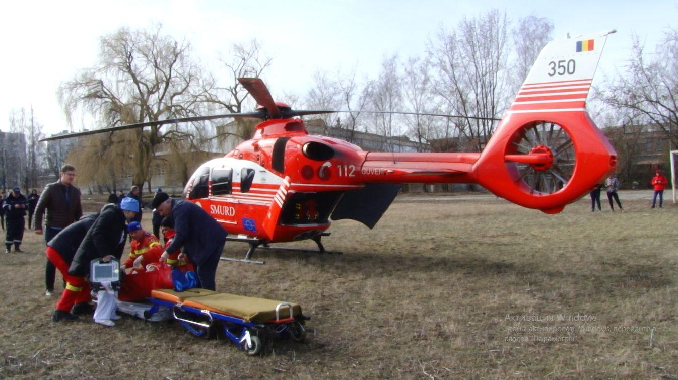 VIDEO | O femeie bolnavă de cancer din Bălți, transportată cu elicopterul SMURD la Iași. Pacienta se trata doar cu plante medicinale