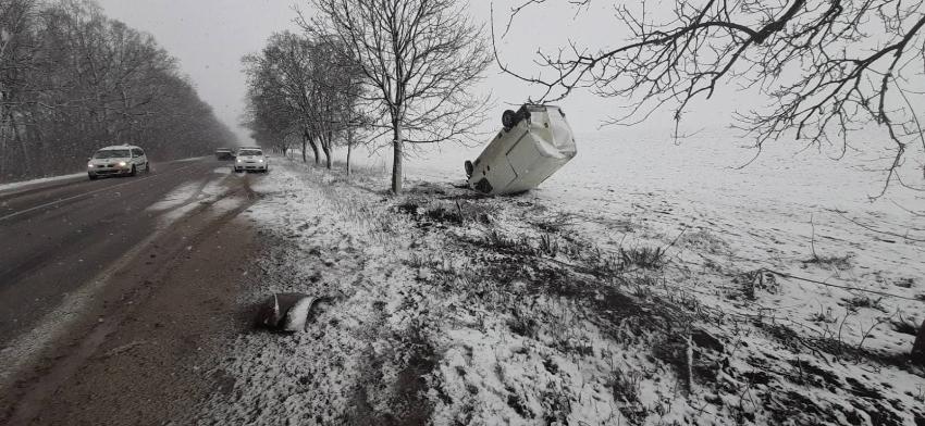 ФОТО   Из-за снега микроавтобус вылетел с трасы и перевернулся