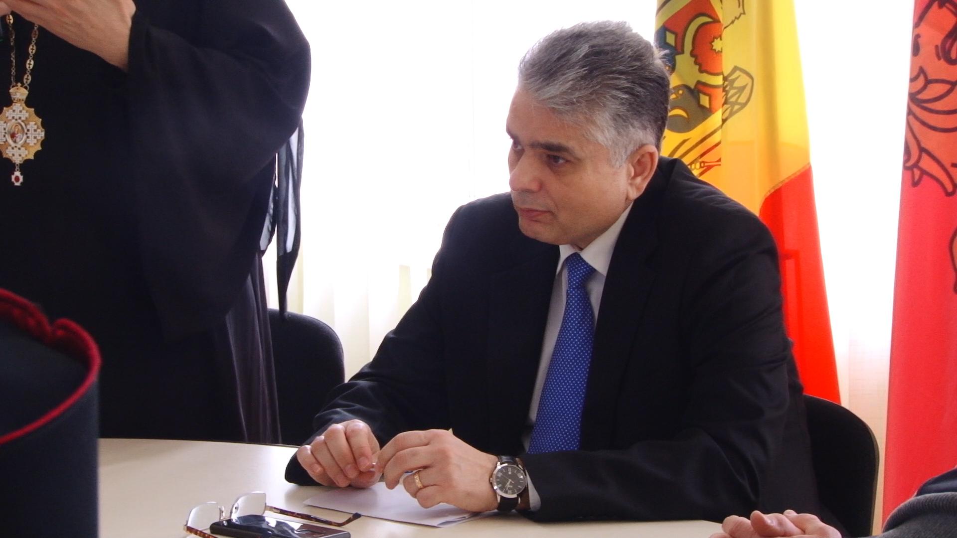 VIDEO | Cosulul General al României la Bălți: Sunt o grămadă de intermediari în jurul Consulatului, care blochează sistemul de programare