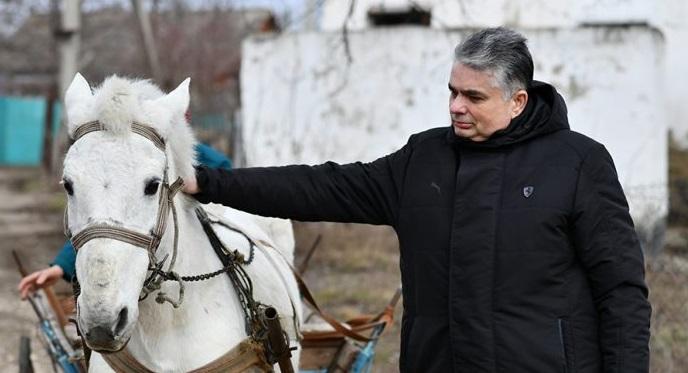 VIDEO | Consulul General al României de la Bălți a cumpărat la licitație calul școlii din Căinarii Vechi