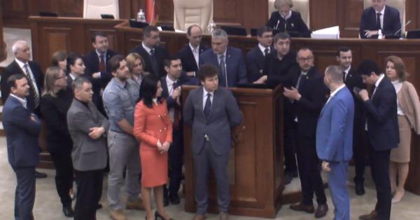 Tribuna centrală a Parlamentului, blocată de PPDA și PAS